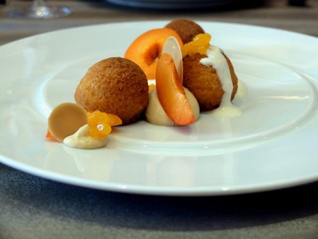 Dessert : Baba pur abricot, crémeux Dulcey, fleurette aux amandes de Provence, caviar d'abricot.